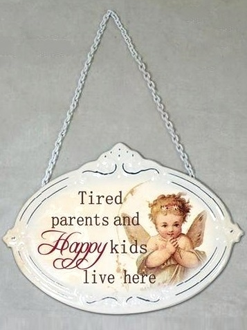 Plåtskylt skylt Tired parents and happy kids lives here shabby chic lantlig stil