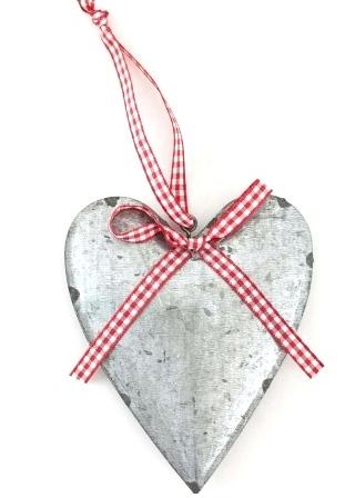 Hängande Zinkhjärta rödrutigt band shabby chic lantlig stil