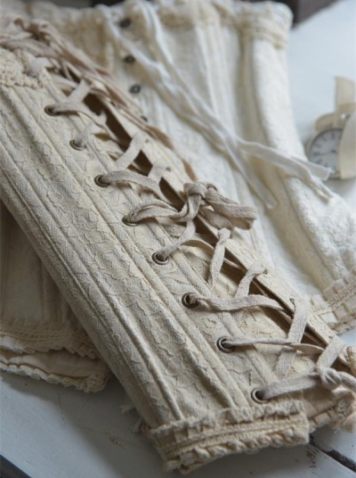 Korsett livstycke spetstyg linnefärg mörk vintage shabby chic lantlig stil