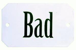 Vit emaljskylt med texten Bad