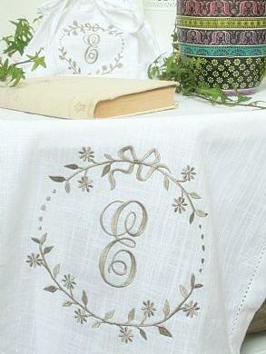 Löpare vit linnefärgat broderat monogram lantlig stil