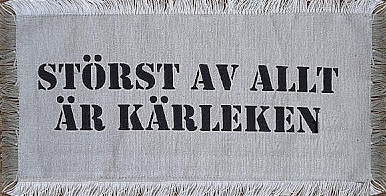 """Tyglapp för dekoration med text """"STÖRST AV ALLT ÄR KÄRLEKEN""""  shabby chic lantlig stil"""