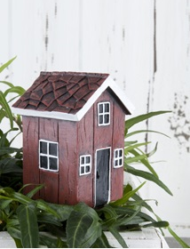 Rött hus på pinne shabby chic lantlig stil