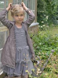 Ljuvlig tyllklänning barnklänning Cute brocante dress grey pärlor romantisk spets Jeanne d´Arc Living