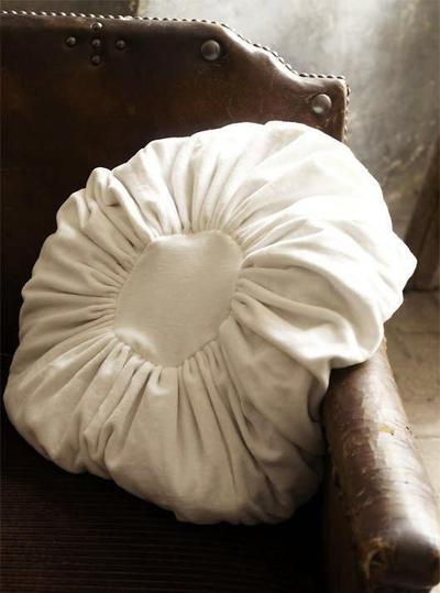 Kudde rund i sammet vit antikvit shabby chic lantlig stil
