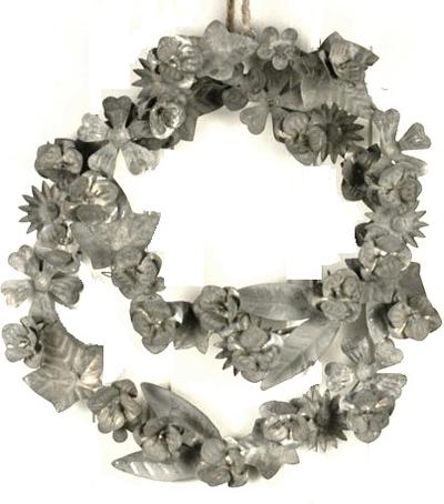 Krans med blommor i zink shabby chic lantlig stil