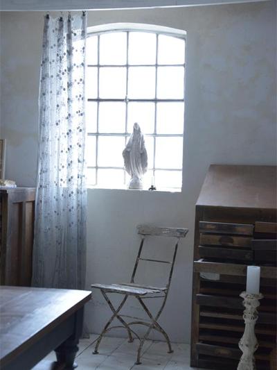 Skir ljusgrå tyll 4 meter broderade blommor Jeanne d'Arc Living Shabby chic lantlig stil