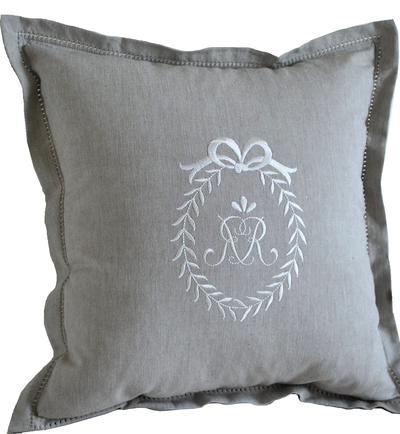 Kuddfodral linnefärg vitt monogram sshabby chic lantlig stil