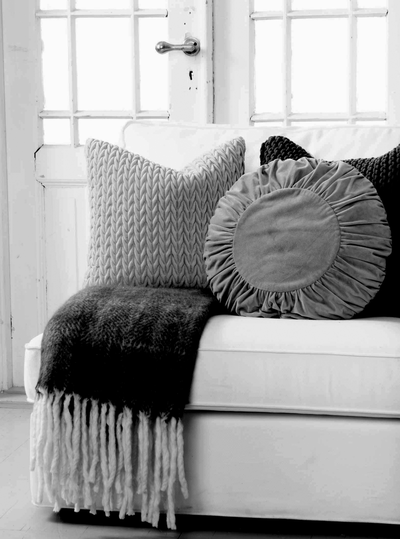 Kuddfodral runt mormor ljusgrå  sammet shabby chic lantlig stil