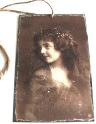 Vacker flicka stor metall tag handgjord romantisk skylt shabby chic lantlig stil